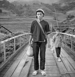 Homme Hmong sur le pont suspendu