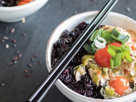 Schwarzer Reis mit Kokos-Thunfisch Sauce