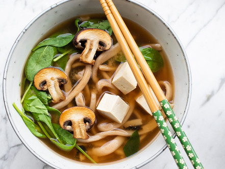 Frische Udon Nudeln in Miso Suppe