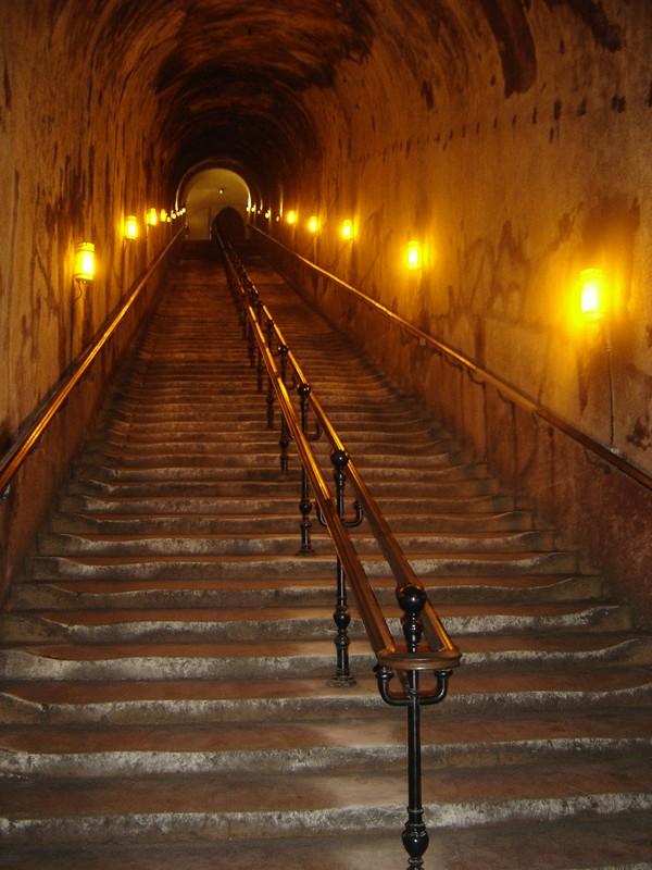 Лестница в погреба шампанского дома Поммери - 116 ступеней, дегустацию вин мадам Поммери нужно еще заслужить!