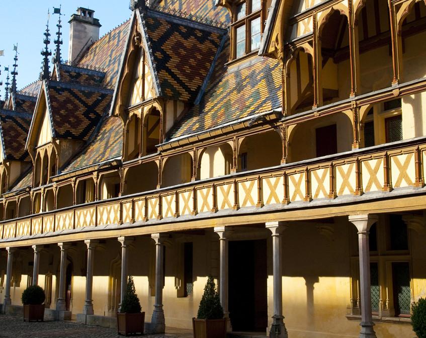 Оспис де Бон или Госпиталь, центральное здание в городе Бон. В конце осени здесь происходит аукцион бургундских вин.