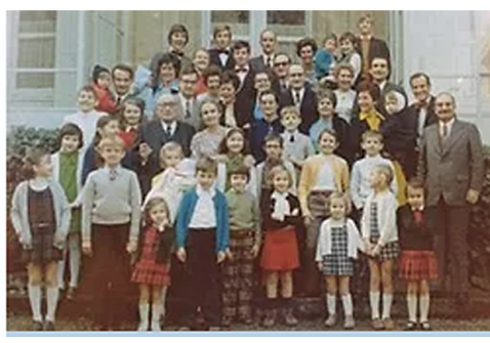Famille-Pousset-sur-le-perron.png