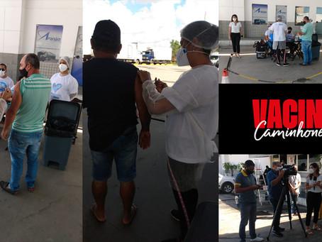 Caminhoneiros são vacinados contra a Covid-19, no Pichilau Sul 1, em Jaboatão dos Guararapes - PE