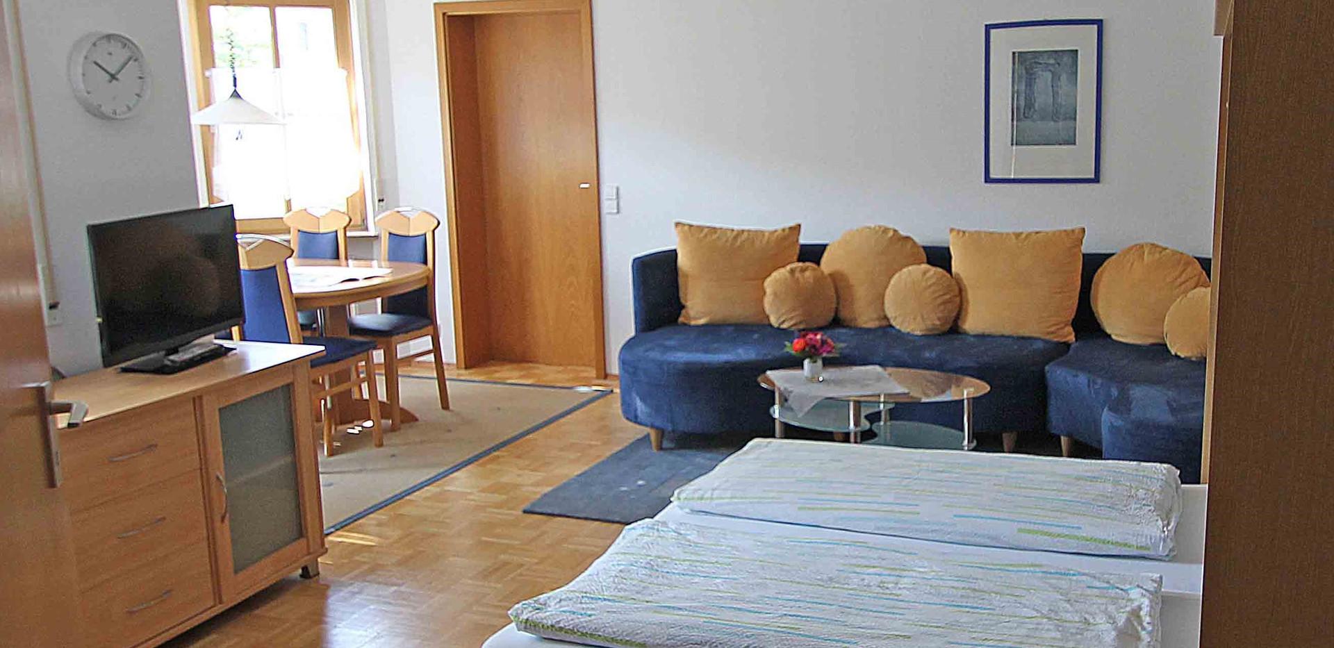 Wohnzimmer mit Schrankbett.jpg