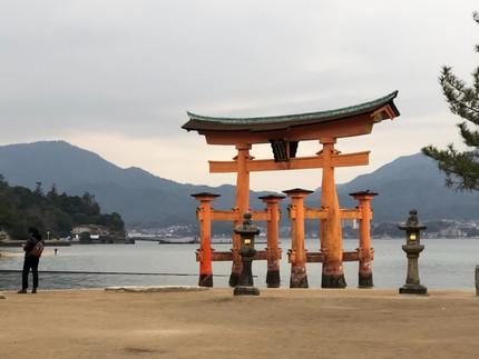 世界遺産  厳島神社、大鳥居、どちらも海に浮いて見える。