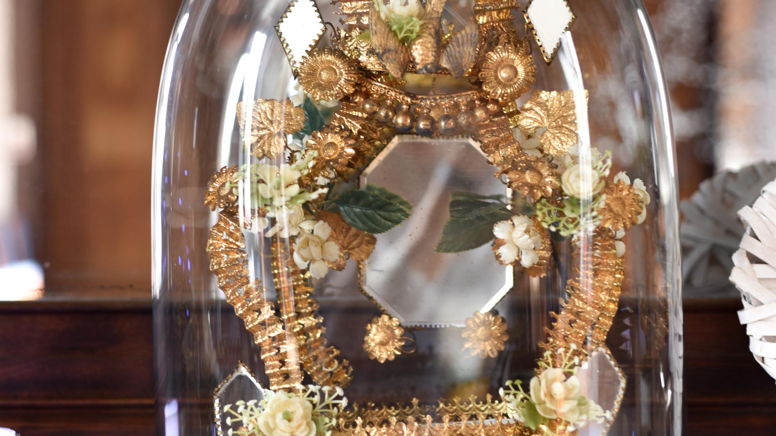 Détail du décor de la cheminée avec le globe de notre famille