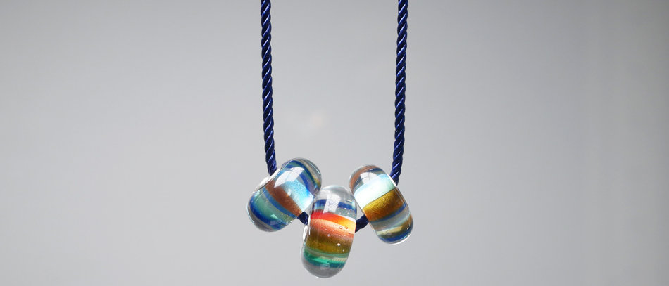 Kette mit 3 Unikatperlen   Necklace with charm beads
