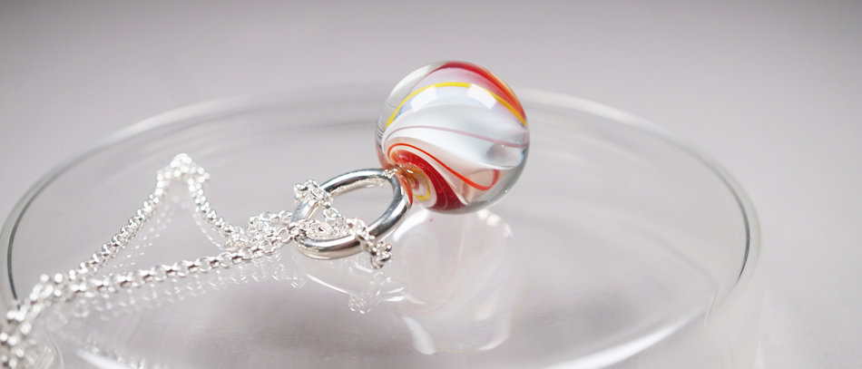 Anhänger mit roter Glasmurmel | Glass bead pendant