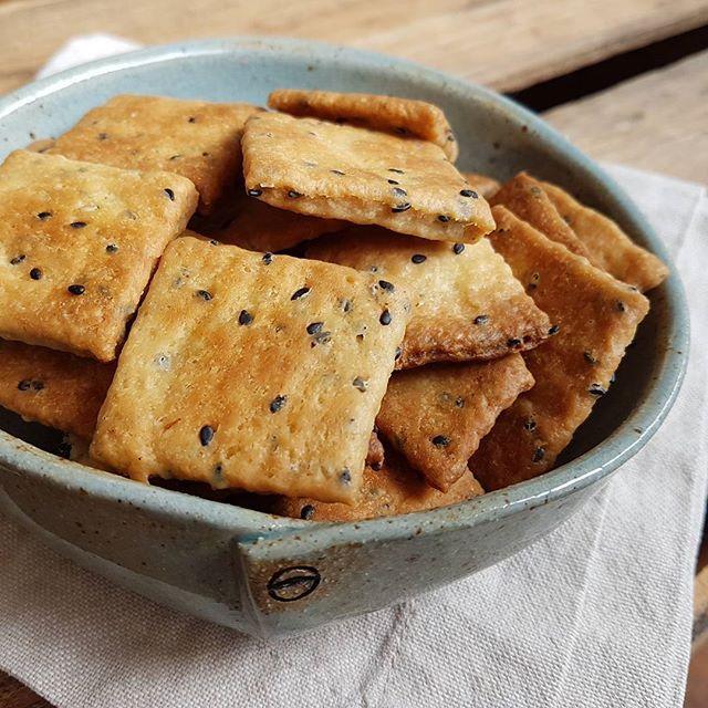 Crackers com gergelim preto - aproveitando as sobras de fermento natural