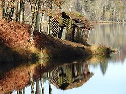 cabane au bord d'un étang