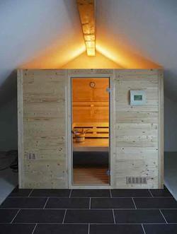 Flächenbündige Vollholz-Sauna