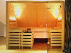 Vollholz-Sauna mit Glasfront