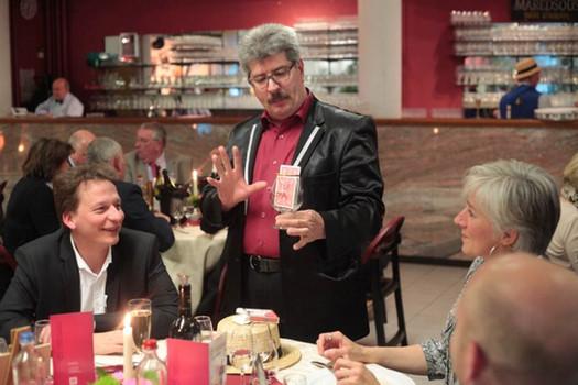Jacques Albert en close-up lors d'un diner d'entreprise