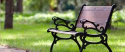 ספסל מצויין לשבת עם מוצרי המעדניה