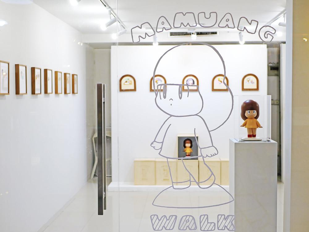 マムアンちゃんの作者タムくんの個展『MamuangWalk』がJJモールのTrendyGalleryで開催中