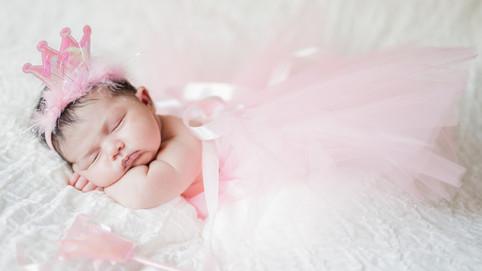 Bebe vestidida de princesita dormida