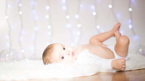 fotografía de bebe entre luces