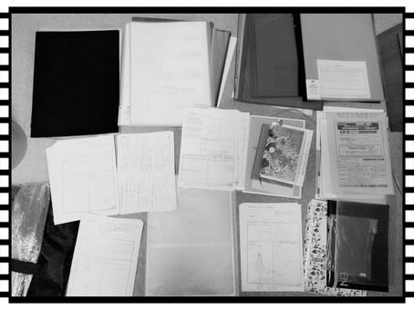 床に広がるファイルや書類たち