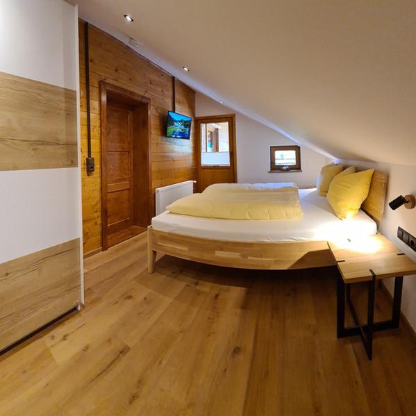 Schlafzimmer mit Dachschräg