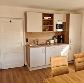 Küchenzeile mit Kühlschrank, Gefrierschrank, Mikrowelle...