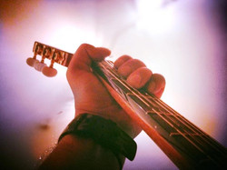 """""""Pensavo è bello che dove finiscono le mie dita _ debba in qualche modo incominciare una chitarra"""