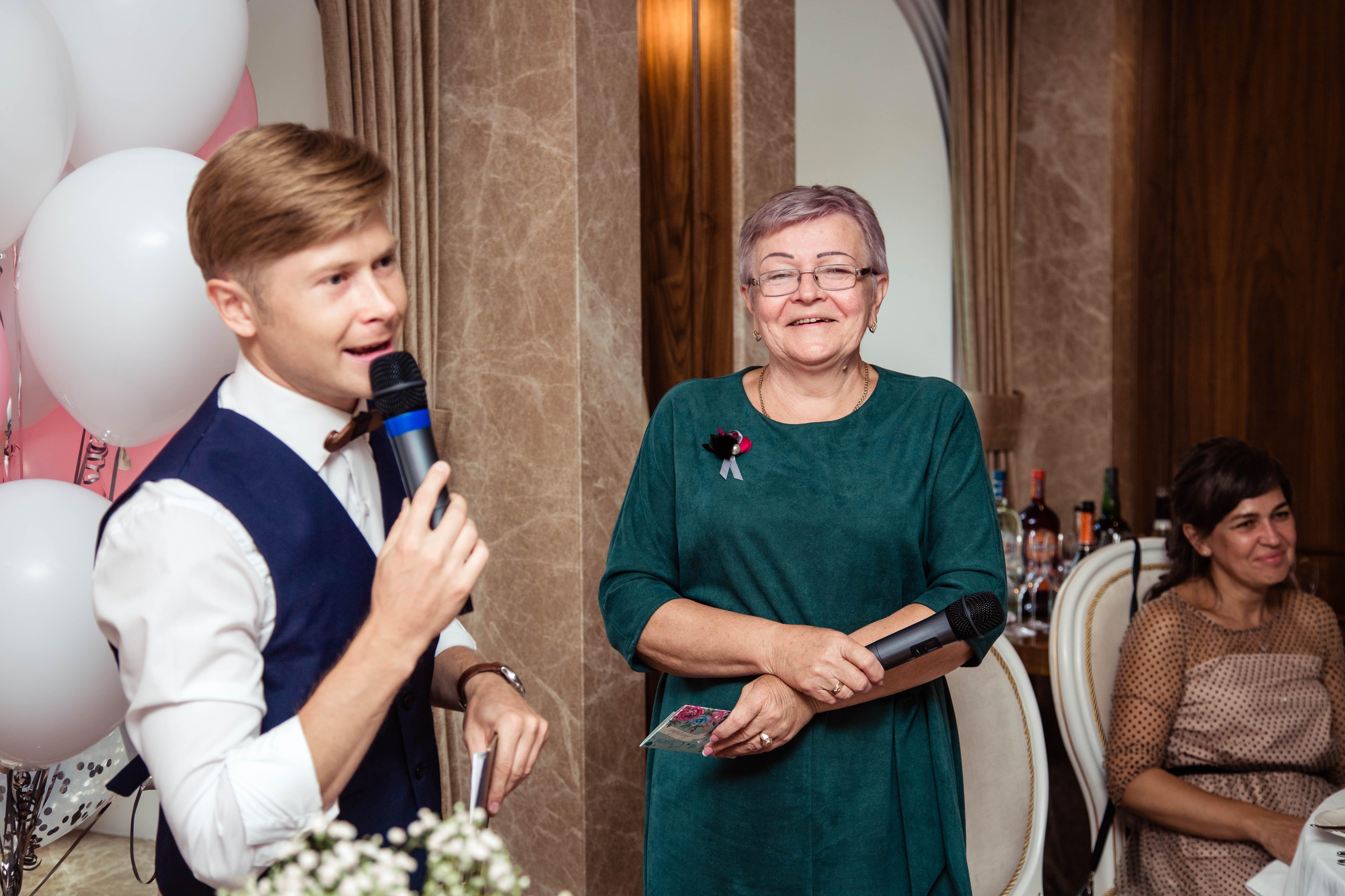 Ведущий и бабушка