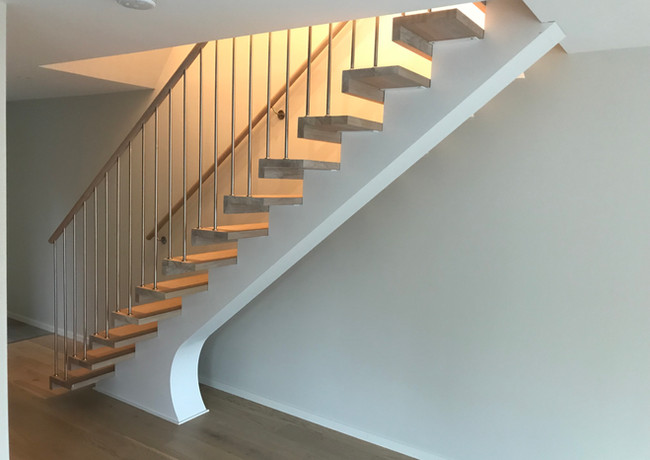 Straight staircase with white-painted steel construction and steps from oak.