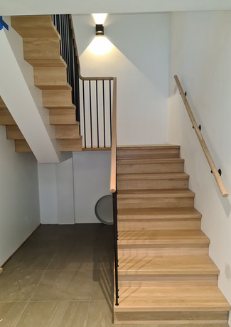 U-shape staircase with closed steps from oak.