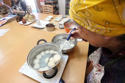 【料理活動】みたらし団子を作っています