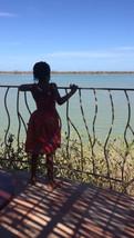 Nora auf der Terrasse am Fluss
