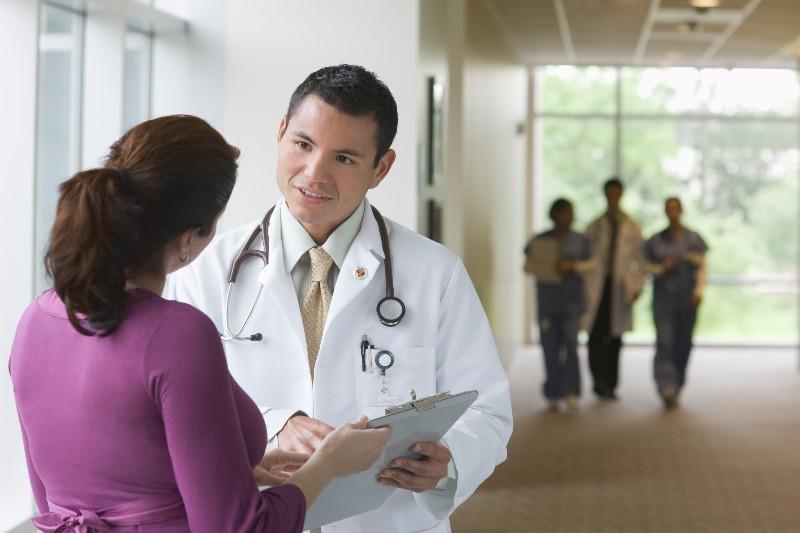 Medico con paciente