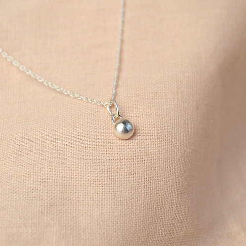 Small silver pebble pendent necklace