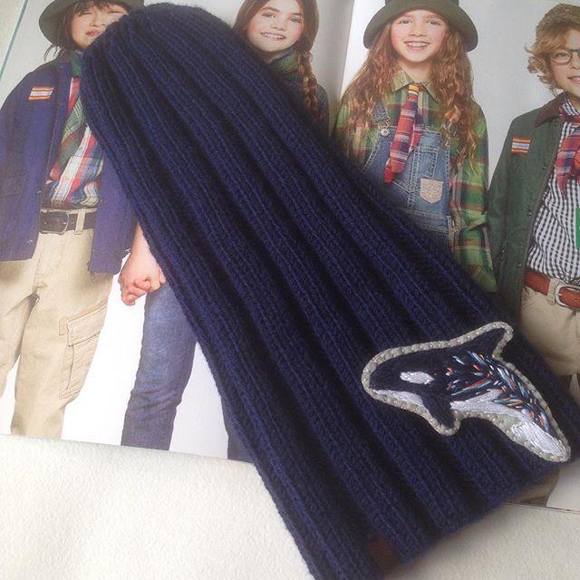 Крутые шапки от _alena_gold_crochet 🌟🌟🌟 брошь  касатка _cottonwind ❤️❤️❤️ очень пришлась к образу