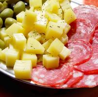 Salami mit Käse und Olive.png