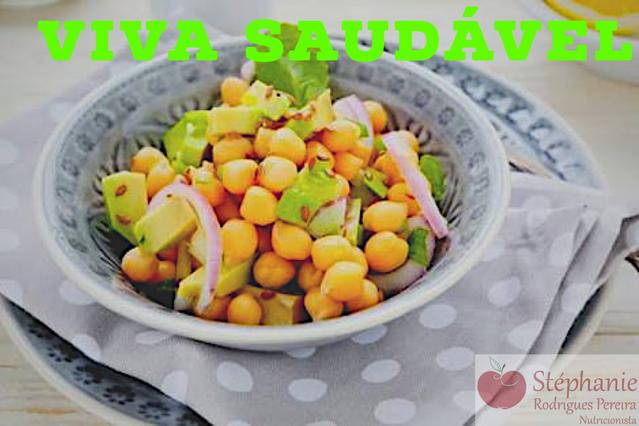 Salada de grão de bico com abacate e uvas