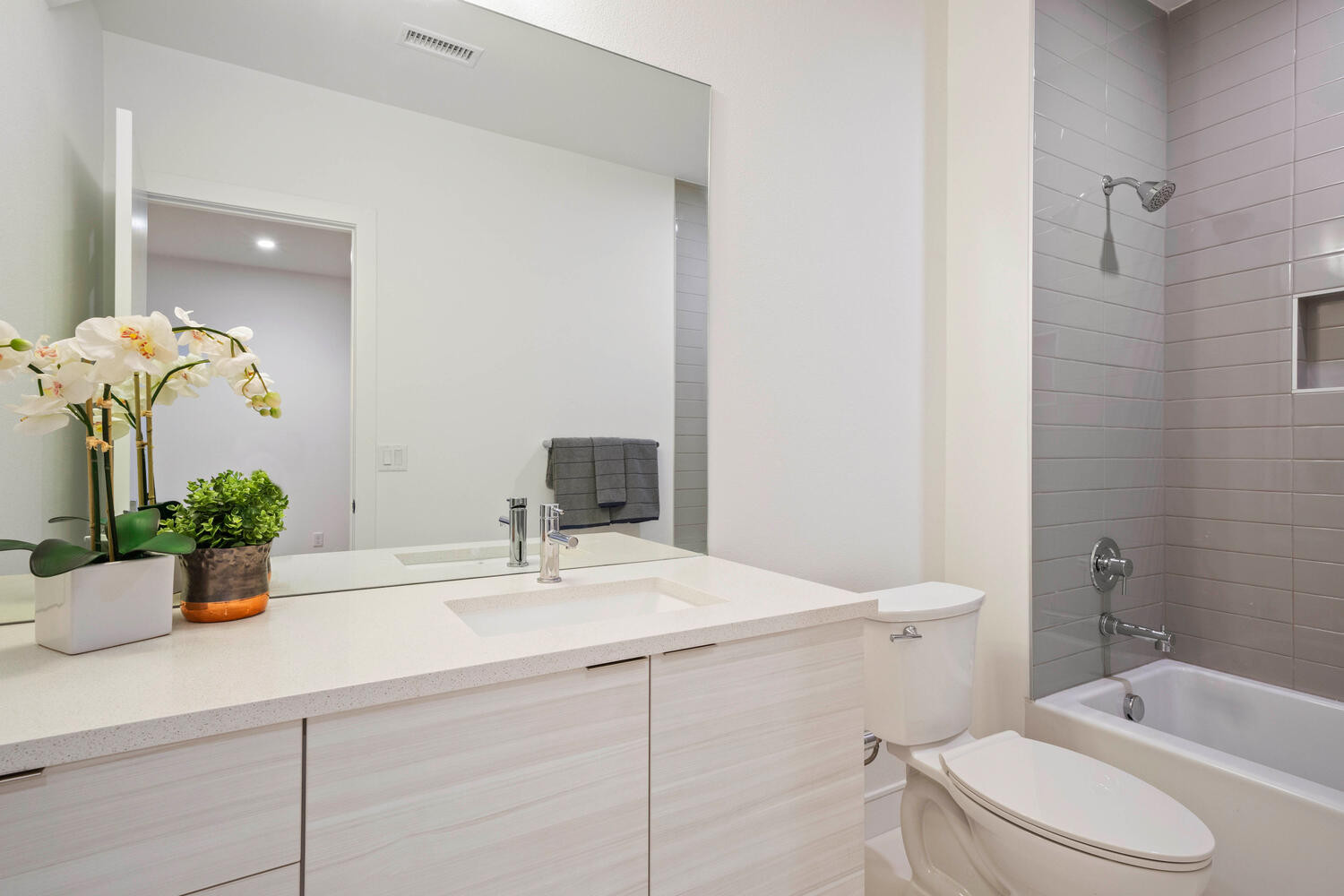 709 S Logan Street-large-036-038-Bathroo