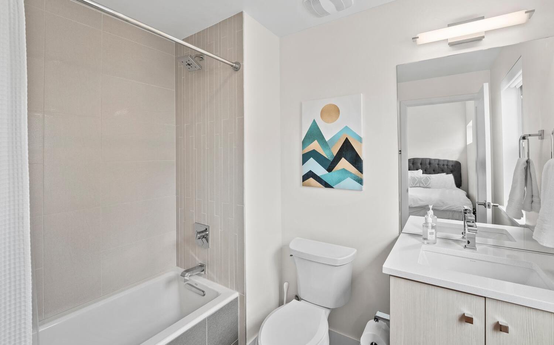 4031 W Conejos Pl-large-024-026-Bathroom