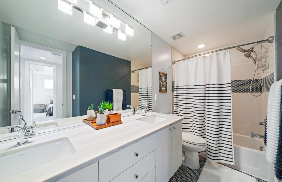 3424 W 18th Avenue-large-035-044-Bathroo