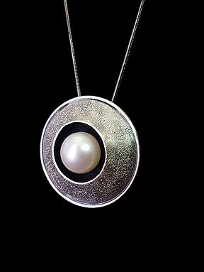 dome w/ large freshwater pearl