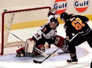Jaromír Jágr (Pittsburgh Penguins) against Dominik Hašek (Buffalo Sabres)in 1994