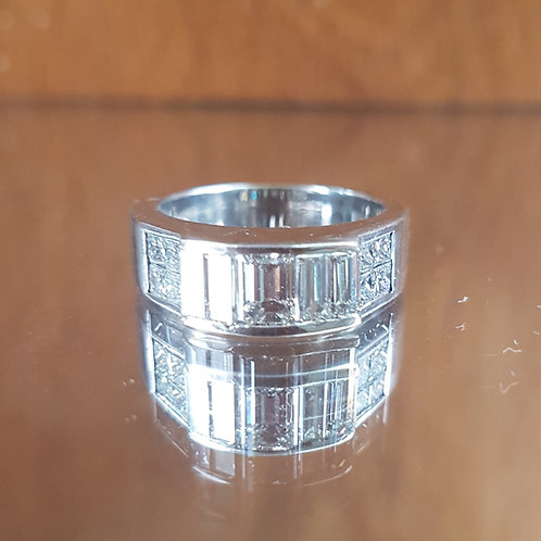 Exquisite 18ct White Gold 2.1ct Emerald cut diamond ring