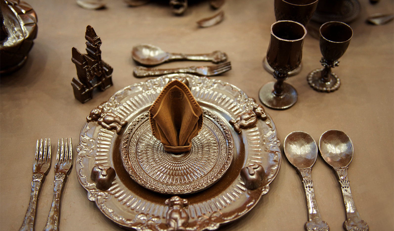 Dinner set for emperor's child