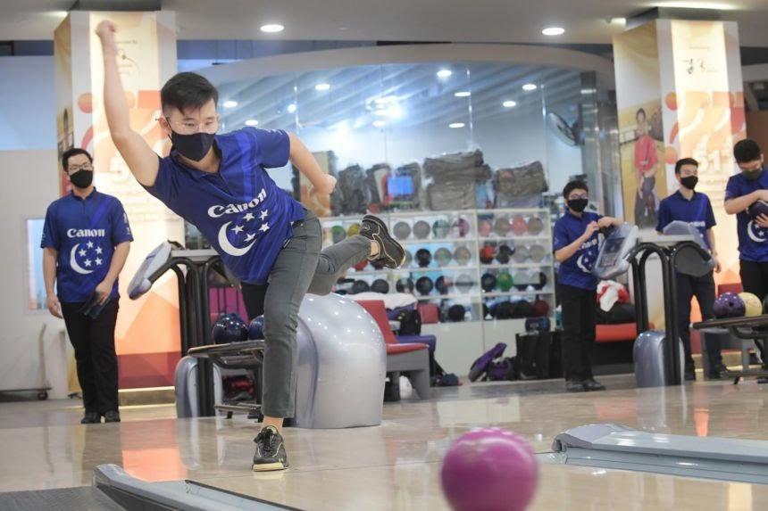 Knock 'em down!  Bowling Session (5 pax)