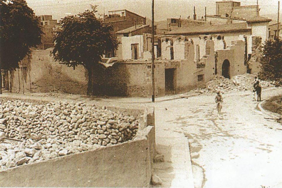 El cantó de l'esquerra ple de runa són les restes de l'església de la Sang enderrocada durant la guerra i l'edifici que estan enderrocant és la Casa Gran,on vivien les famílies del Guardes de Camp.