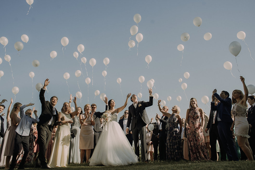 hochzeitsgesellschaft lässt ballons steigen