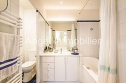 Salle de bains avec toilettes