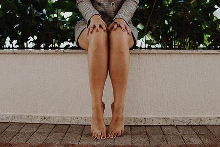 negative-space-legs-barefoot-woman-model