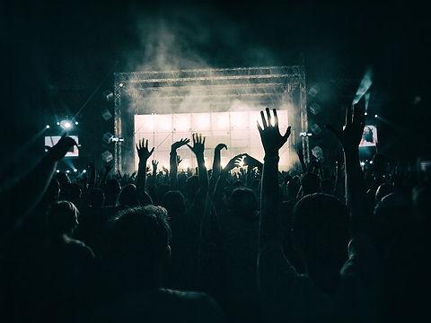 crowd-1056764_1280.jpg sécurité incendie sur un concert à rennes sécurisé par la société de sécurité privée et sécurité incendie ATMOS Sécurité Bretagne
