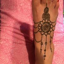 Simple feet jewelry henna