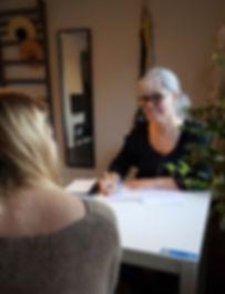 Susanne-taler-med-kunde.jpg